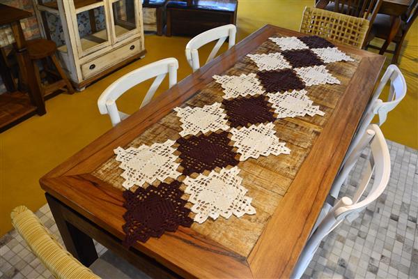 caminho de mesa com quadrados