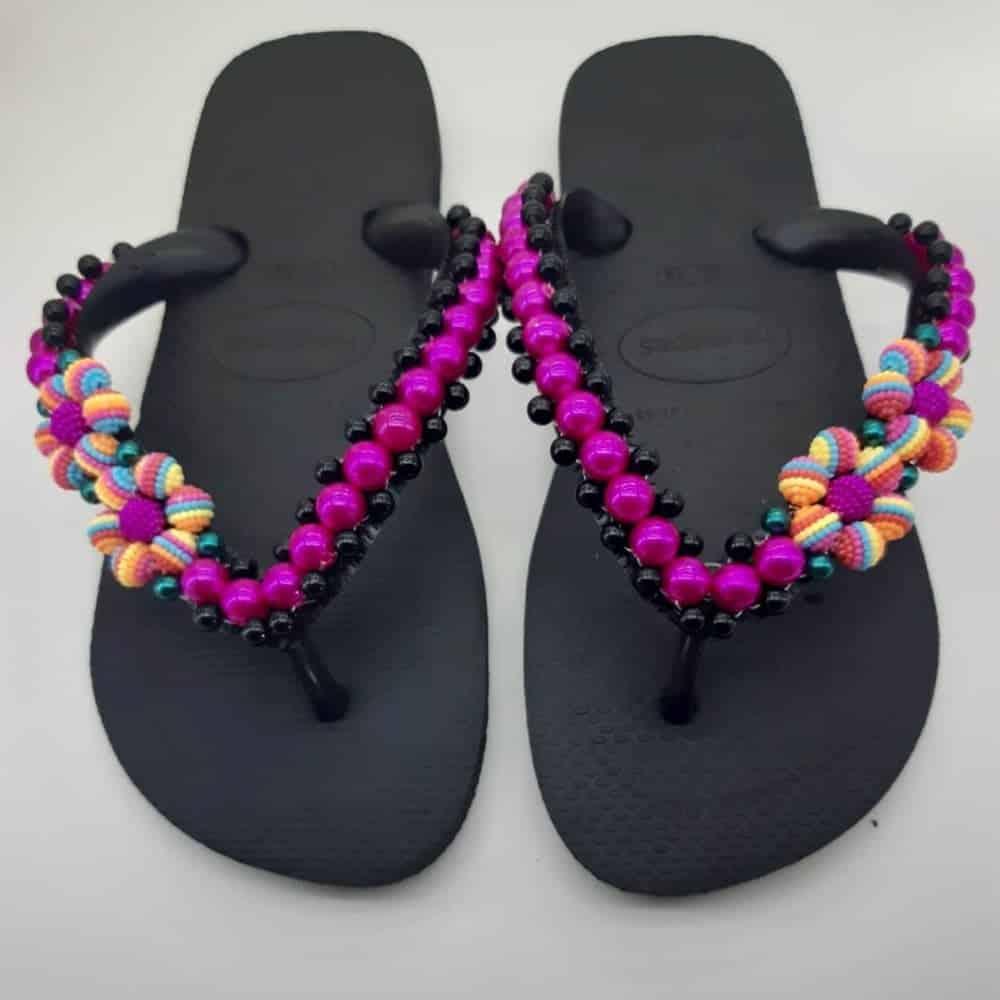 sandália com pétalas coloridas