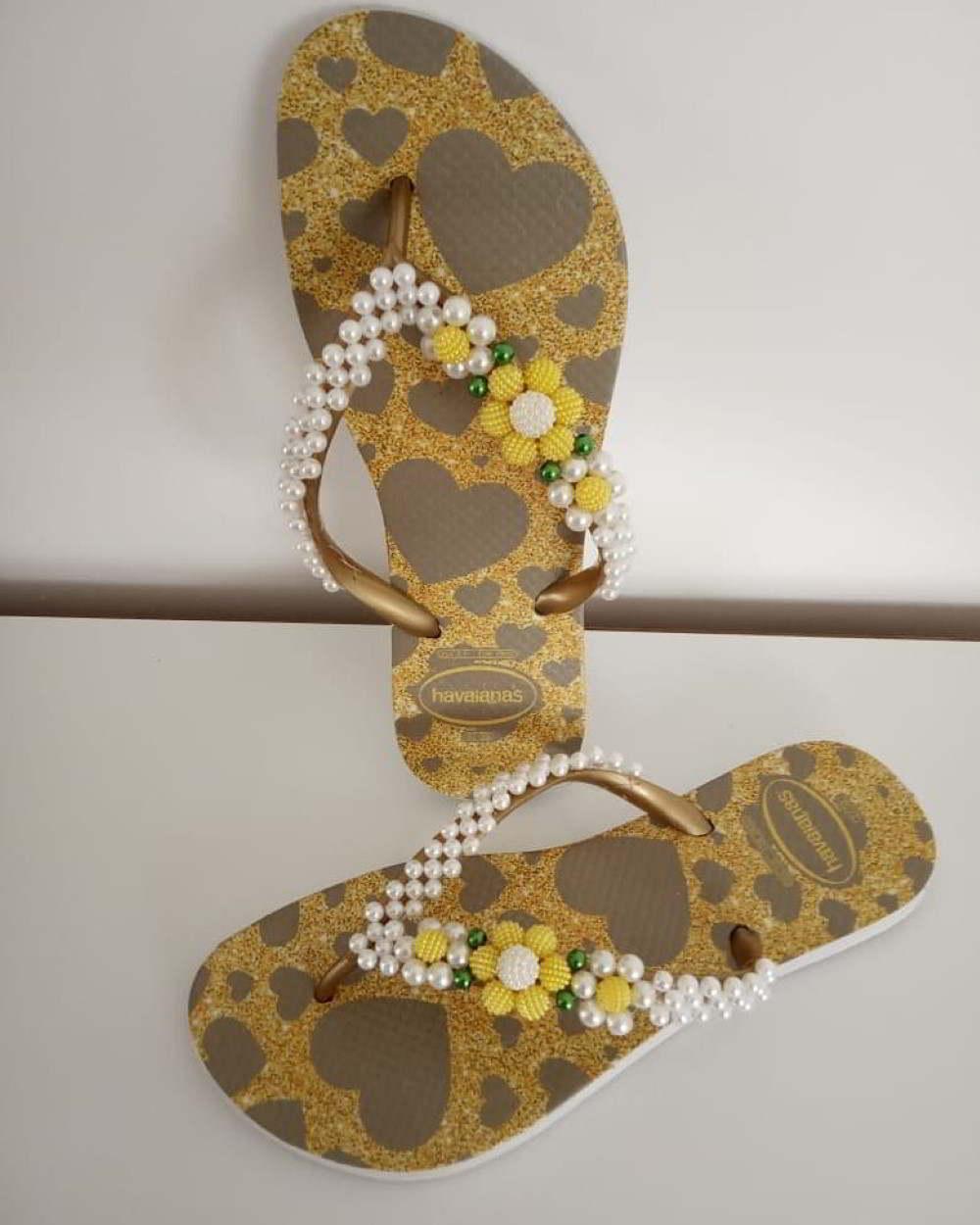 sandalia com corações bordada