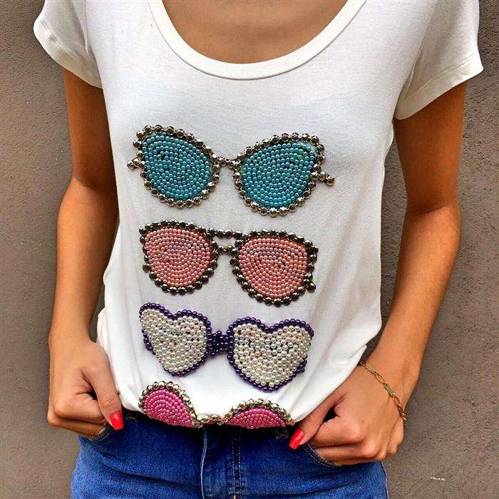 customizar camiseta com miçangas
