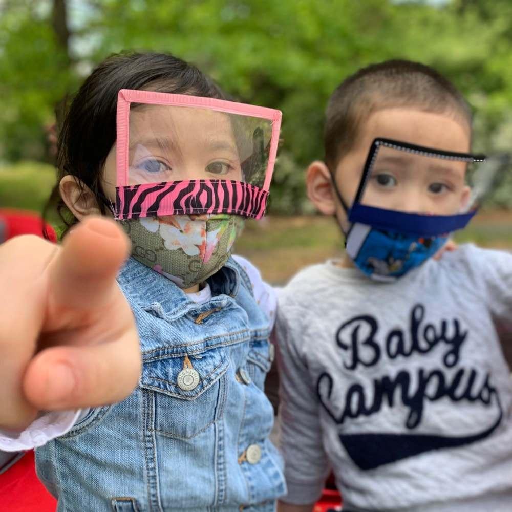 máscara com viseira de plástico