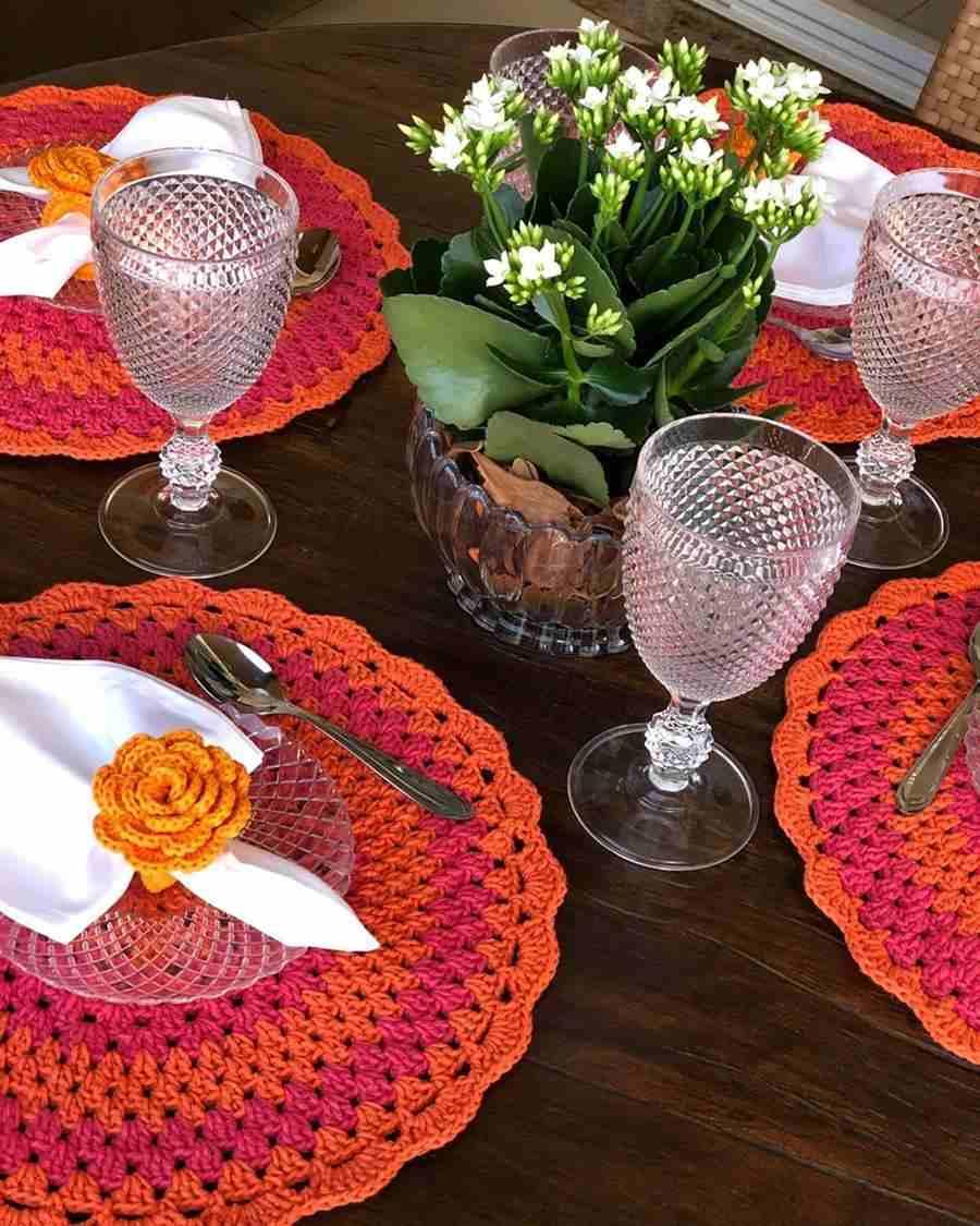 mesa posta com sousplat de croche laranja