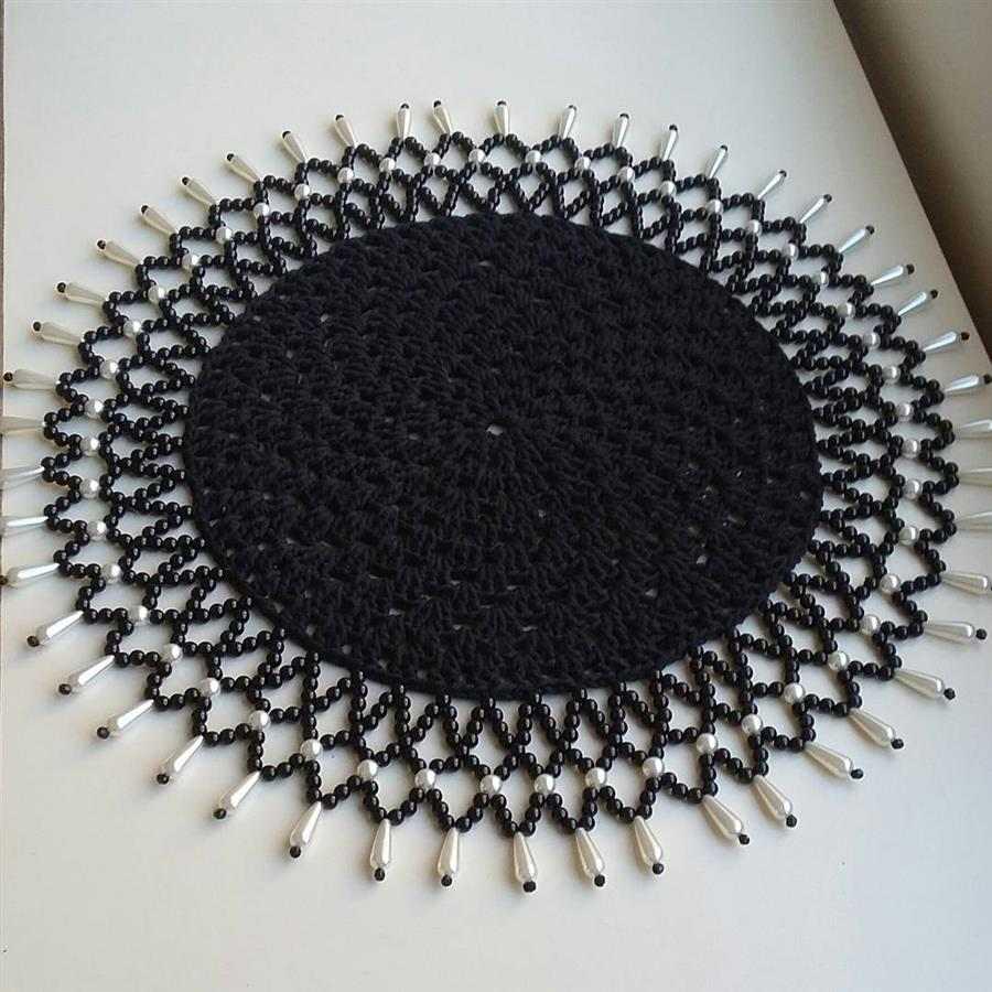 sousplat preto bordado com miçangas
