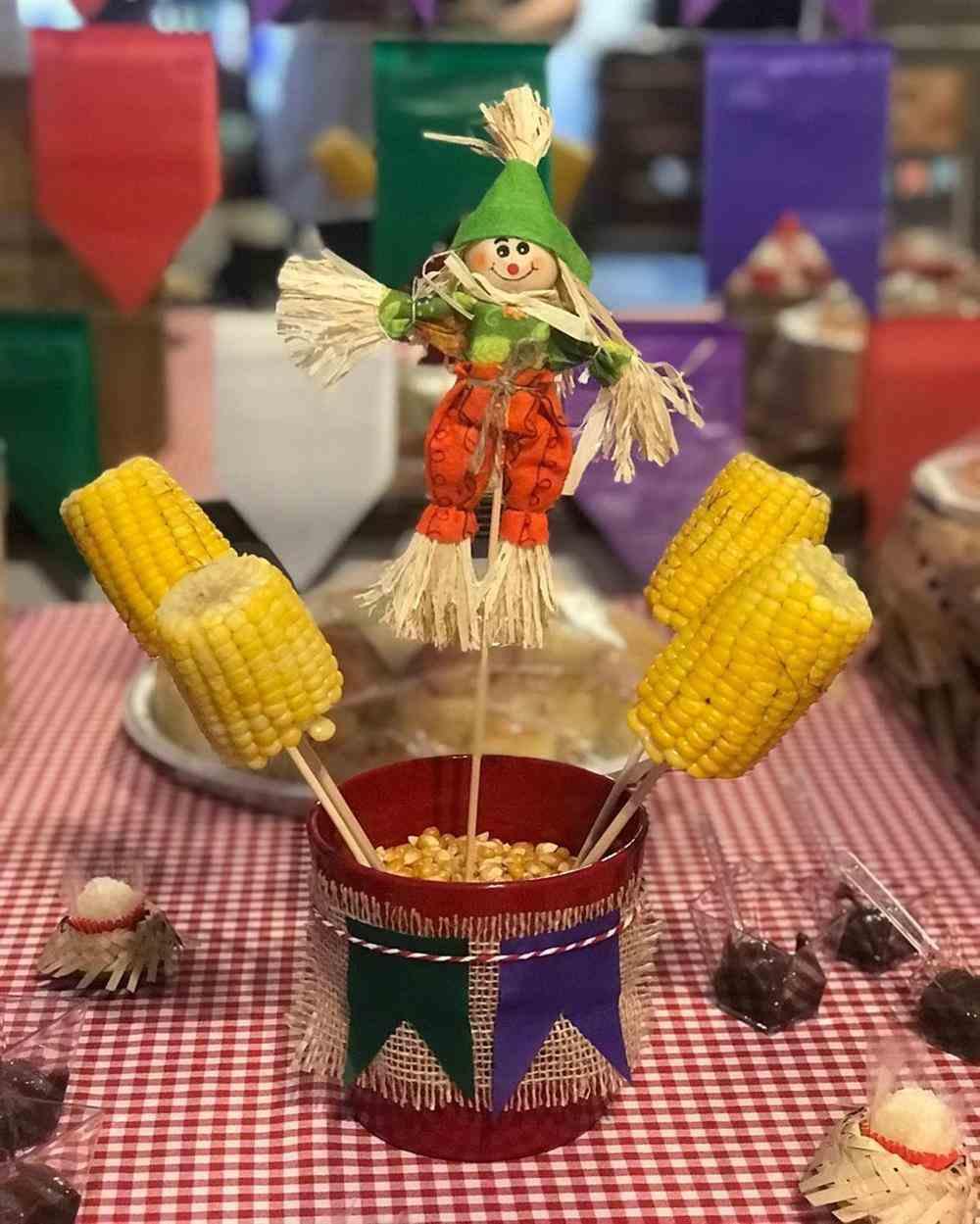 centro de mesa com espantalho e milho