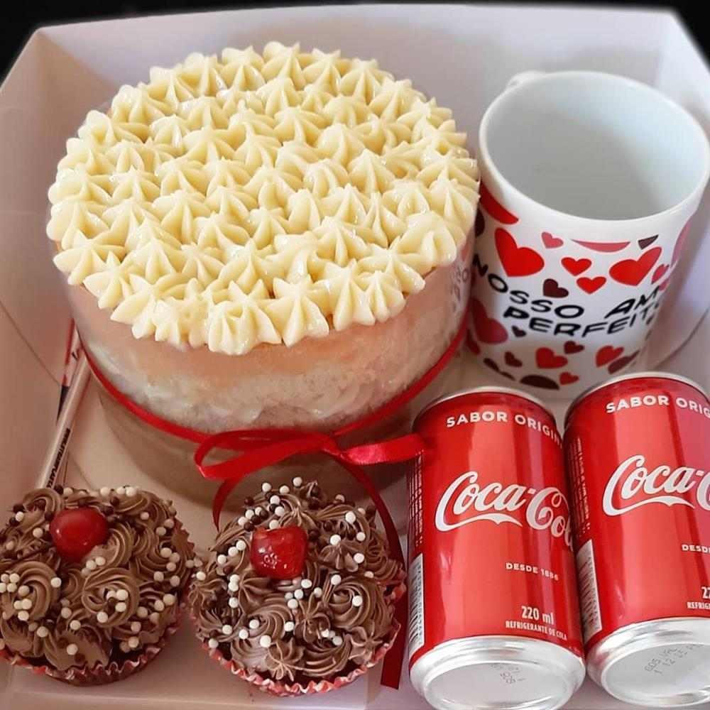 mini bolo decorado para festa na caixa