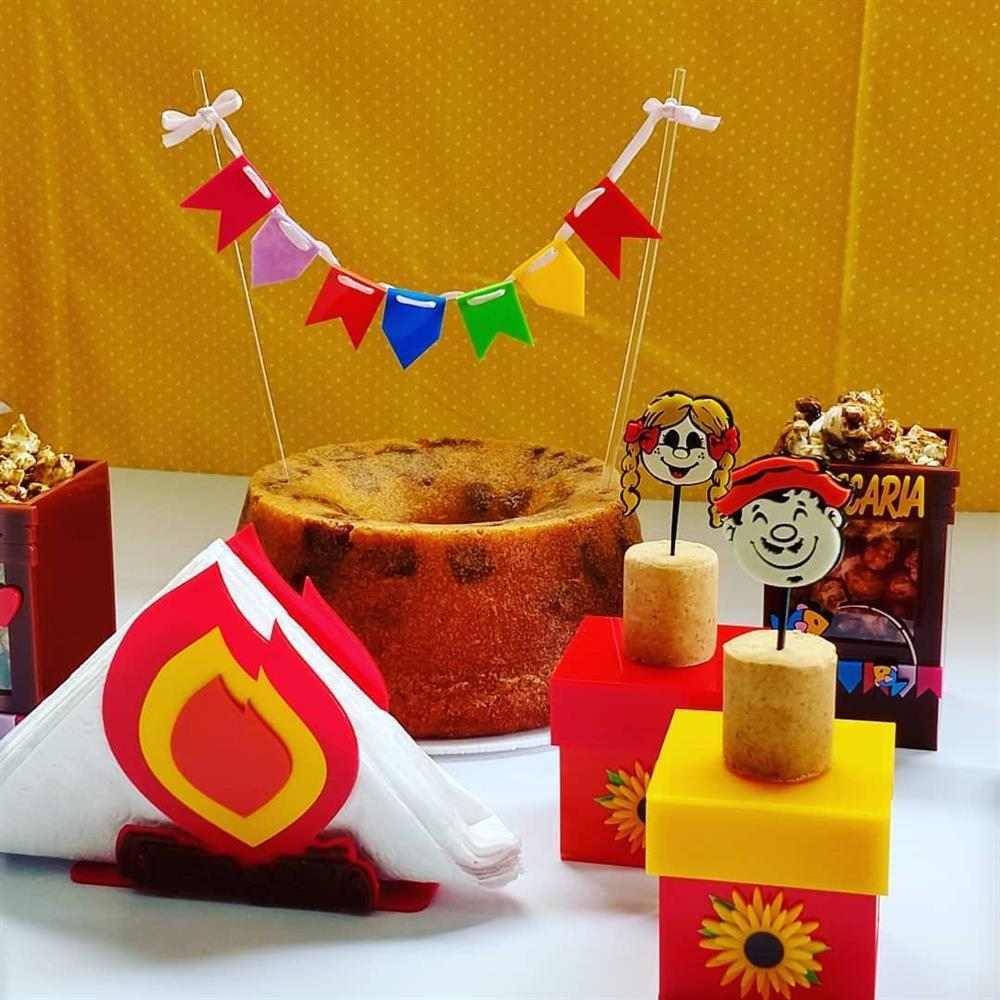 bolo de festa junina decorado com bandeirinhas
