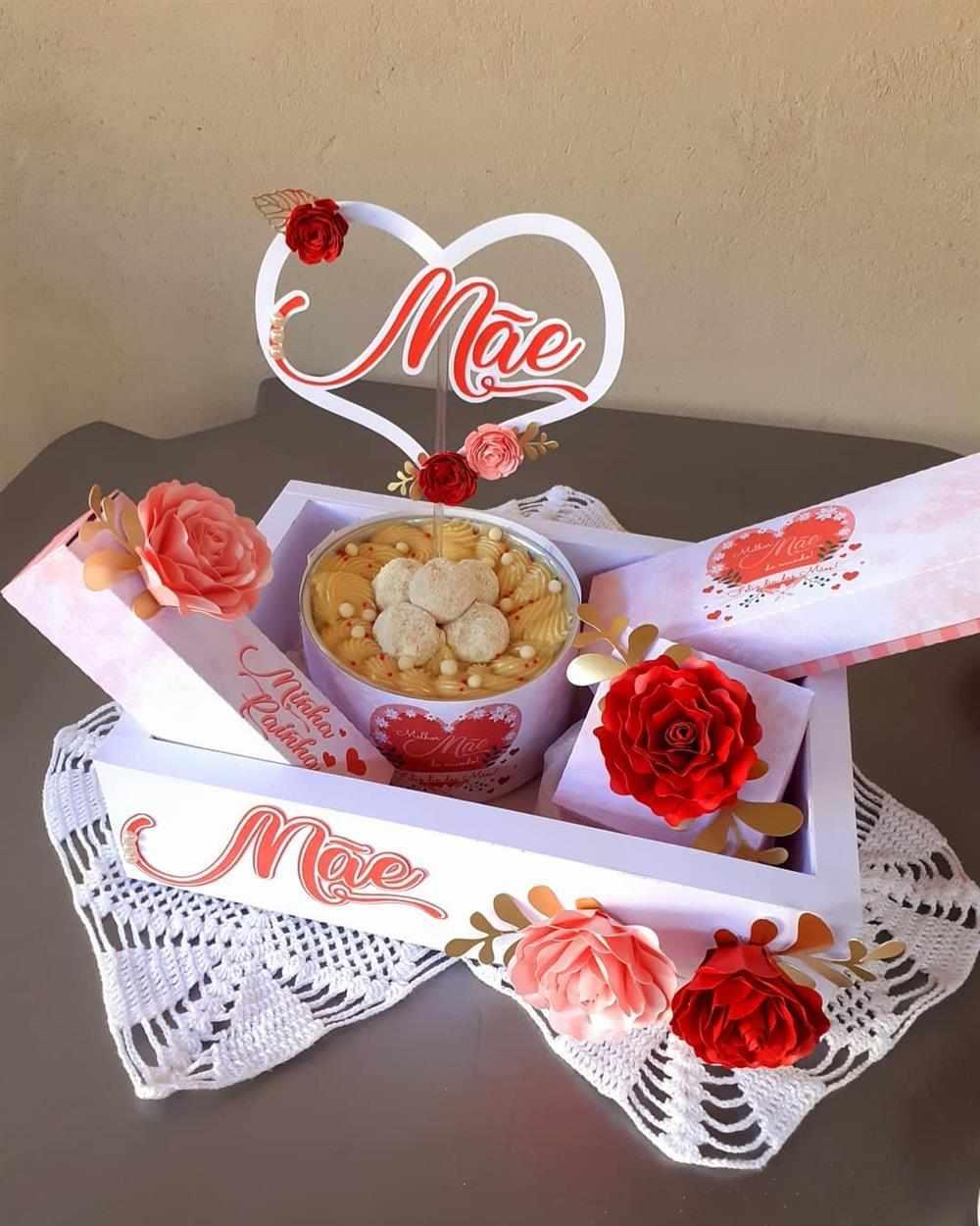 caixa personalizada com flores de papel