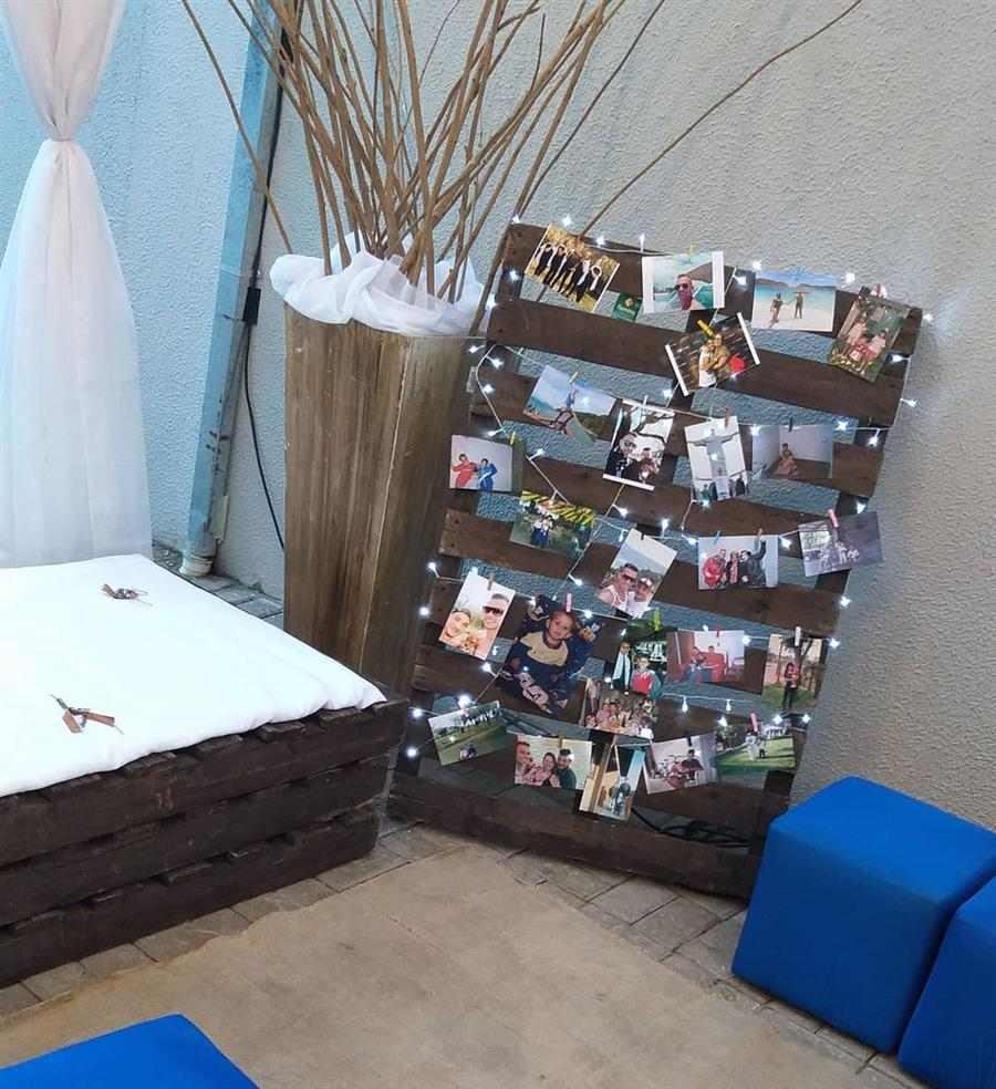 Varal de fotos em pallet de madeira