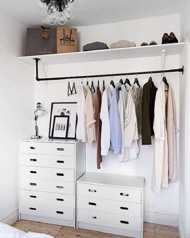 arara de roupas com prateleira