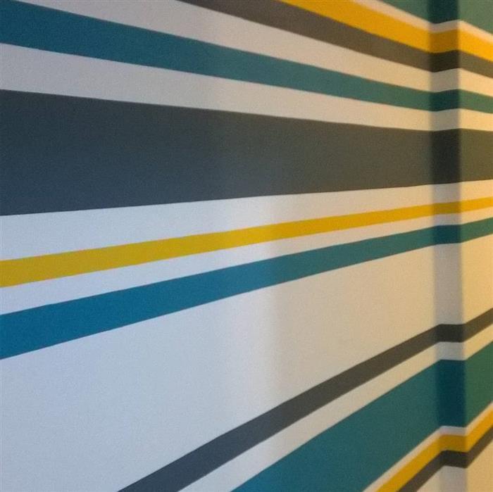 parede pintada com fita colorida