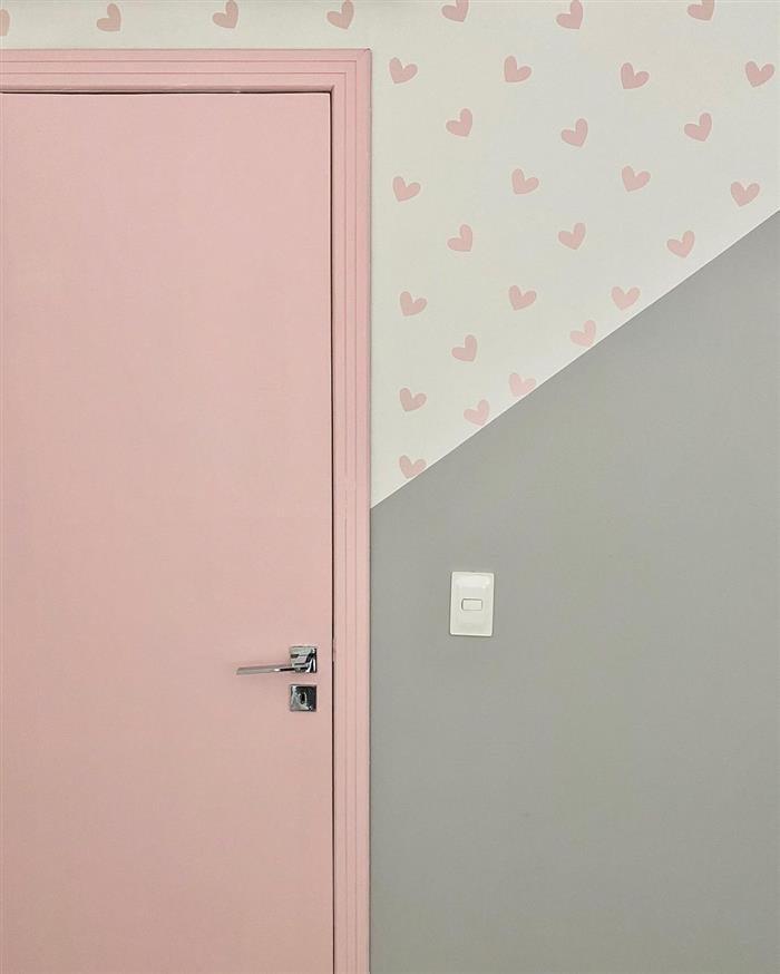 parede pintada com fita e corações