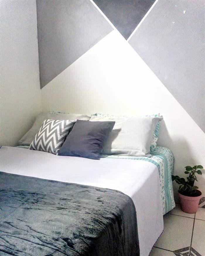 parede pintada com fita na parede da cama