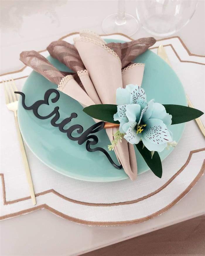flor azul no porta guardanapo