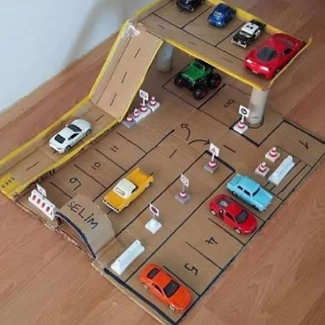 estacionamento com pista de papelão