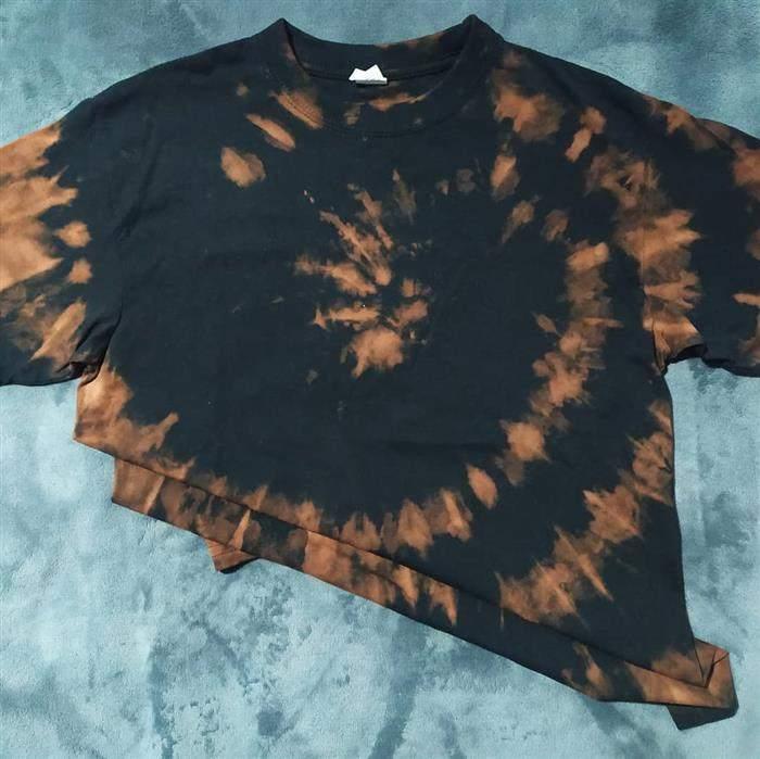 camiseta tie dye com candida