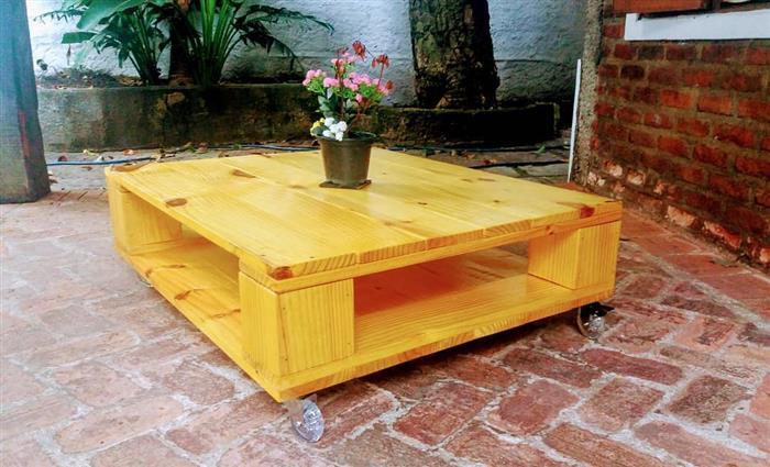 mesa feita de paletes de madeira