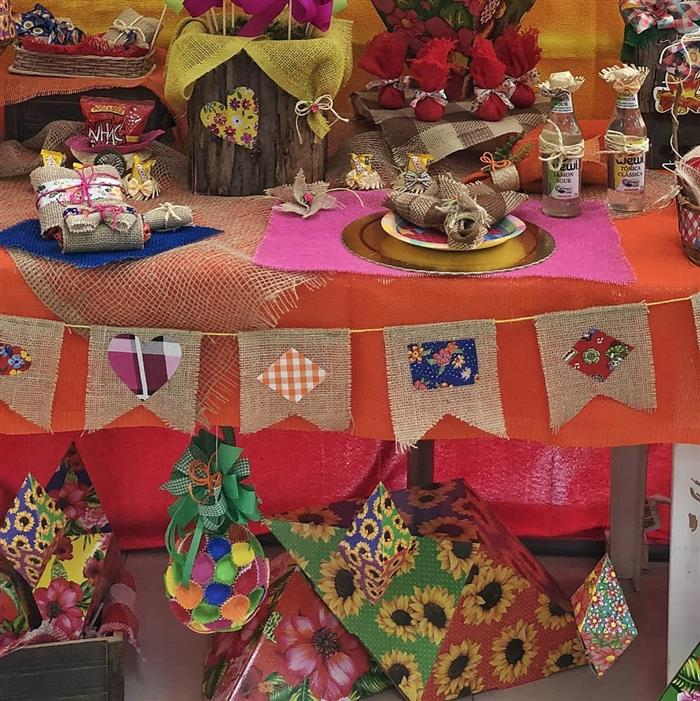 mesa decorada junina