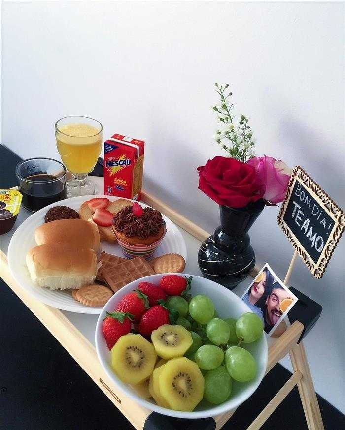 café da manhã romantico na bandeja
