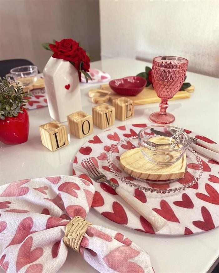 café da manhã romântico na mesa