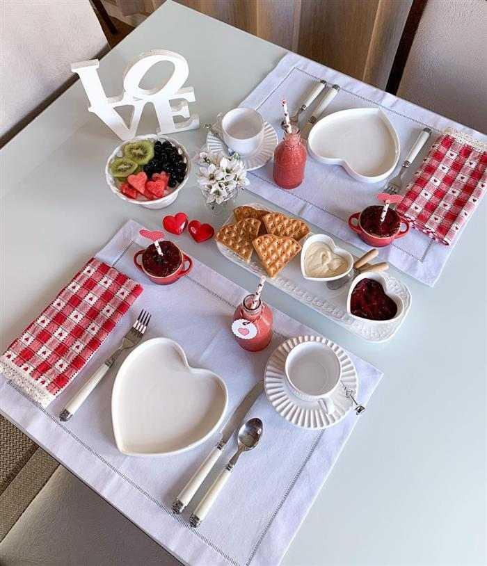 como se faz um café da manhã romântico