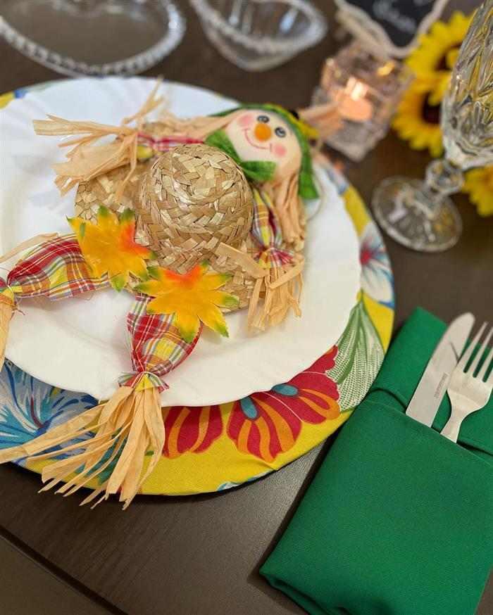 mesa decorada de junina em casa
