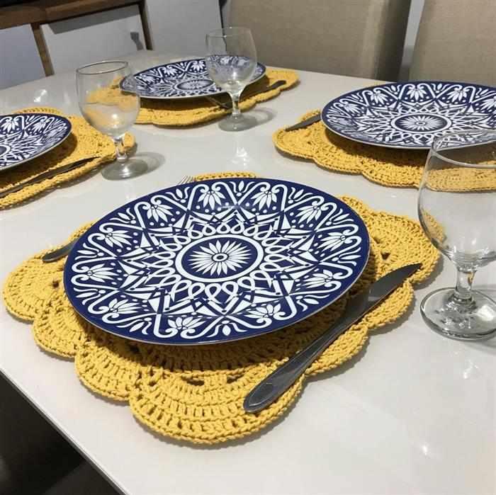 mesa posta com sousplat de crochê amarelo