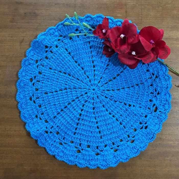 mesa posta com sousplat de crochê azul