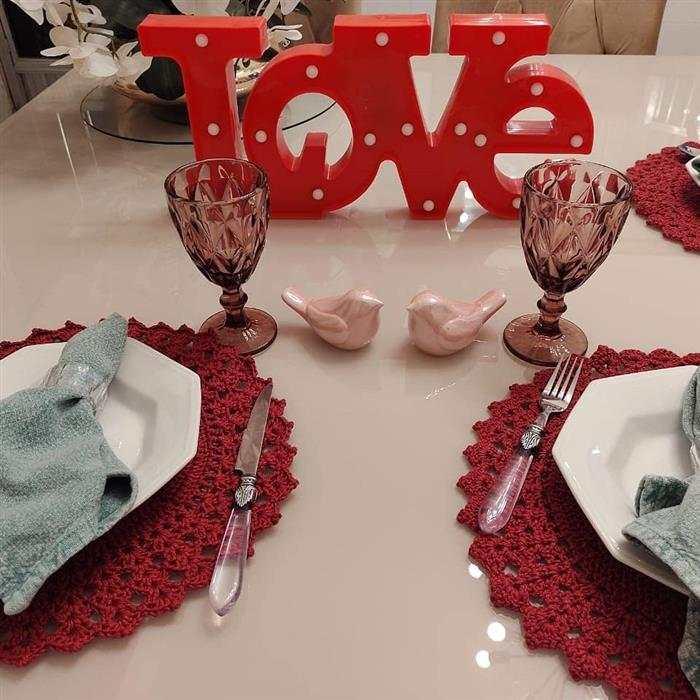 mesa posta com sousplat de crochê vermelho
