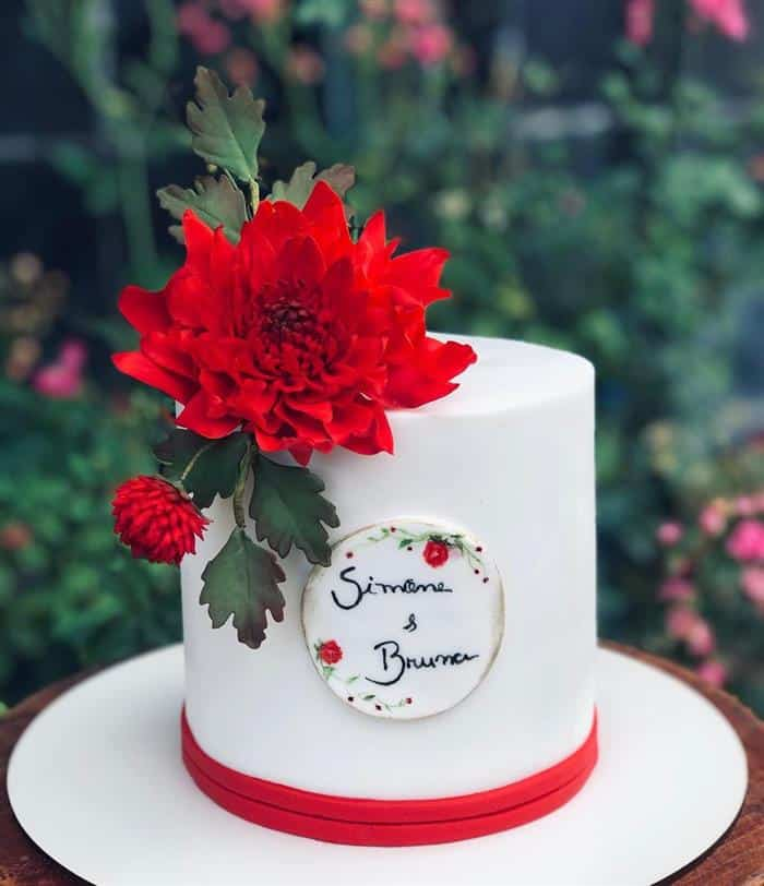 bolo com flor vermelha
