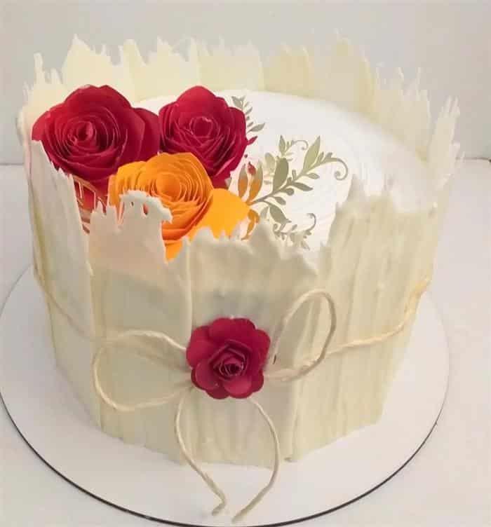 bolo com flores de papel vermelho