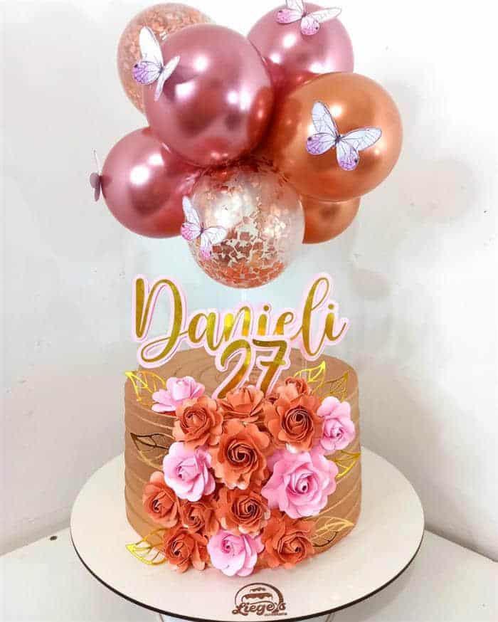 bolo com flores e balões