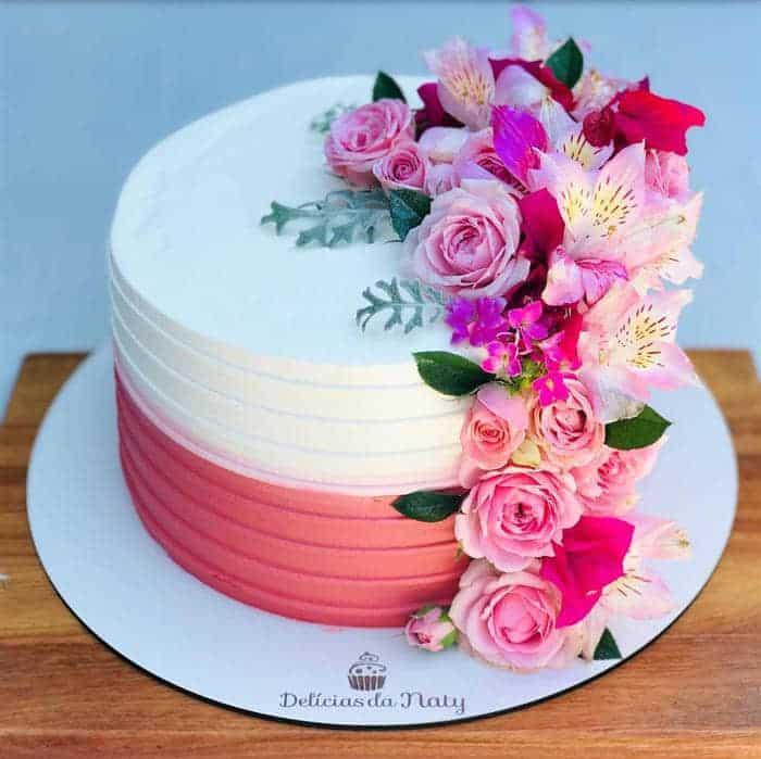 bolo com flores na lateral