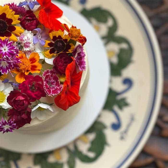 bolo decorado com flores do campo