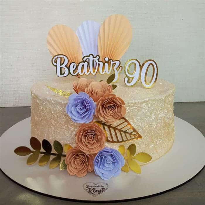 bolos com flores de papel
