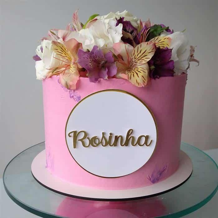bolos com flores em cima