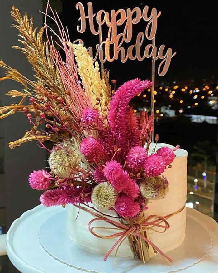 bolos decorados com flores secas